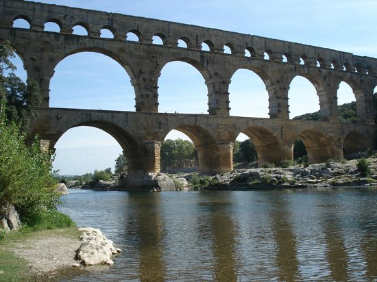 Pont du Gard : Breathtaking. Bring your lunch, sit and relax. Enjoy.