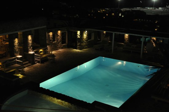 Leonis Summer Houses: Pool at night