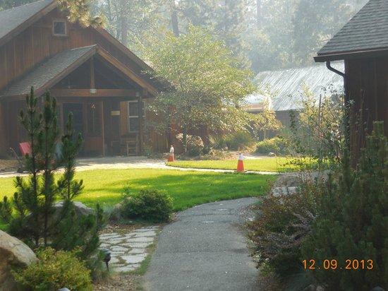 Evergreen Lodge at Yosemite: Weg zum Restaurant