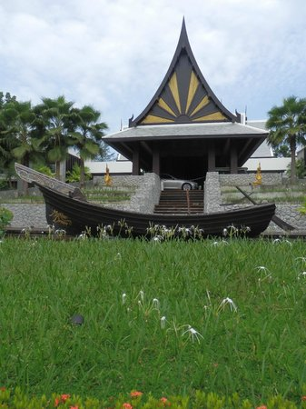 Natai Beach Resort & Spa, Phang-nga: walked out and took this picture of the resort entrance