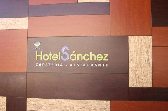 Hotel Sanchez: Vor dem Hotel