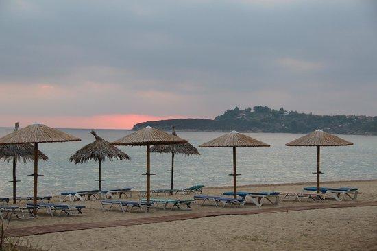 Antigoni Beach Hotel & Suites: Am Strand mit Blick richtung Ormos Panagias
