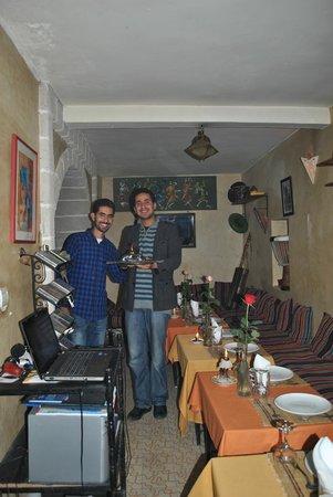 Gnawa Blues : de eigenar en zijn broer die met regelmaat een muziekje maken