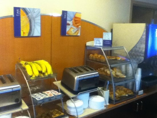 Holiday Inn Express Absecon - Atlantic City Area: a very tasty breakfast bar near the hotel lobby