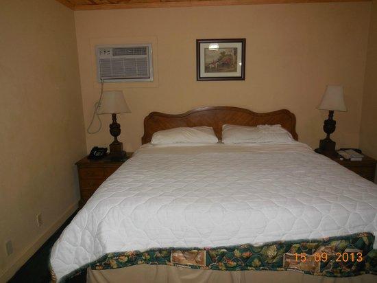 Kernville Inn: Kingsize Bett