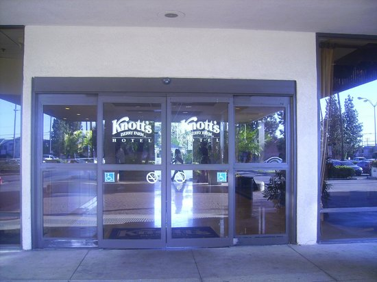 Knott's Berry Farm Hotel: Knott's entrance to hotel