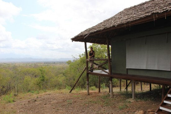Sable Mountain Lodge: Banda from the outside - canvas/net sides covered with traditional roof