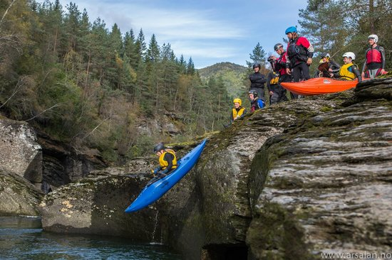 Kayak Voss Day Tours: Schools learn with us how to kayak in a fun atmosphere