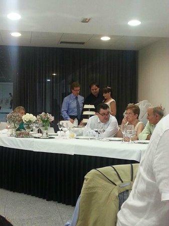 NH La Avanzada: Cortando la tarta, con Jon al fondo,(e maestro de ceremonias)