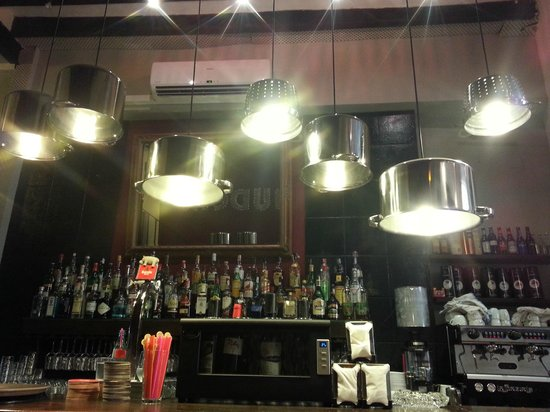 Gaudeix : The bar (wonderful lamps by the way)