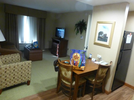 Homewood Suites Rochester - Victor: Sitting area from kitchen