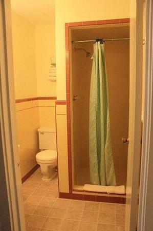 Inca Inn: Bathroom with shower