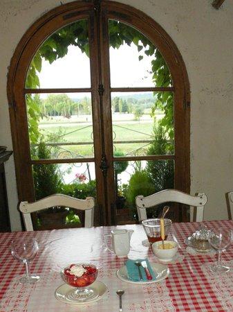 Riverside-Home-Cottage: Petit déjeuner avec fraises du jardin de Pierrette