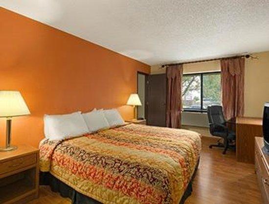 Days Inn & Suites Stevens Point: Two Room Suite