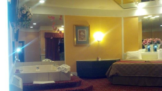 Inn of the Dove - Bensalem: partial view of Jacuzzi and bed