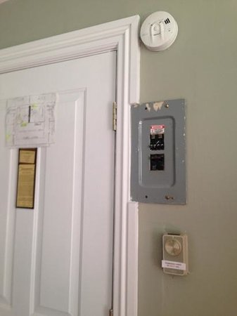 Essex Street Inn & Suites: exposed circuit breakers