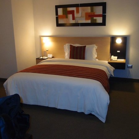 Allpa Hotel & Suites: Comfortable bed, modern room