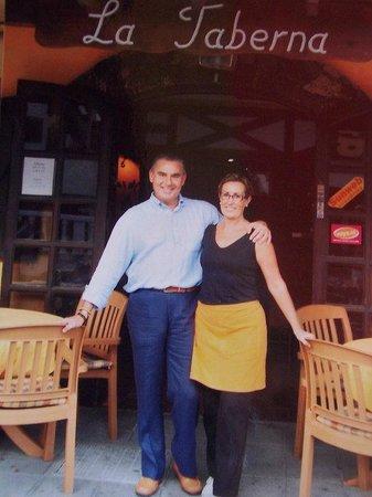 La Taberna en Corralejo con Ana y Juan.