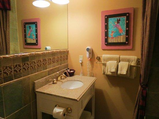 Annabelle Inn: beautiful tiled bathroom