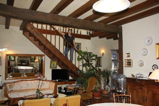 Chez Papi et Mamie : лестница со второго этажа в гостиную
