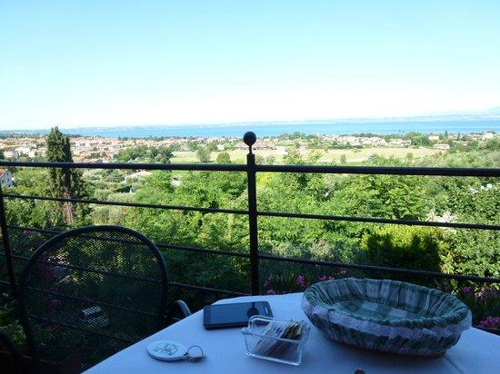 Hotel Castello San Antonio : Blick von der Hotelterasse auf den See, ideal zum Frühstücken
