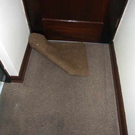 Bayview Hotel: Filthy carpets