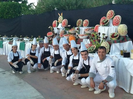 Sherwood Breezes Resort: Emin and his kitchen staff at the Gala Night
