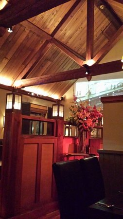 Steeples Restaurant: Beautiful cizy interior and hand hewn beams