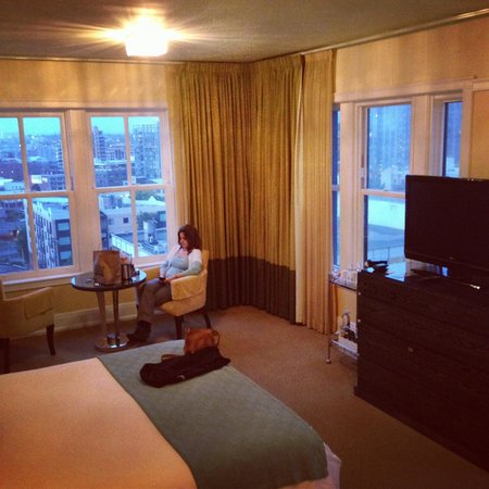 Hotel deLuxe : Inside of our King Feature room.