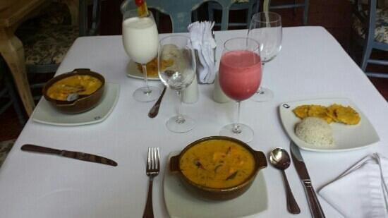 Casa Quero: cazuela de marsisco, patacones, arroz con coco, jugos de corozo y limonada de coco mmmmmmmm!!!