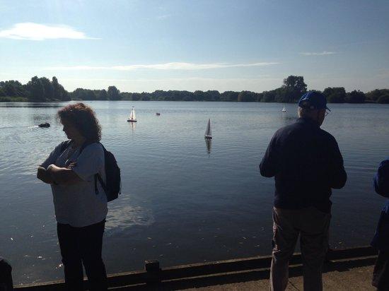 Watermead Park : Motorised boats on the lake