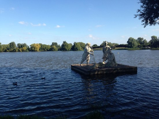 Watermead Park : Statues in the lake