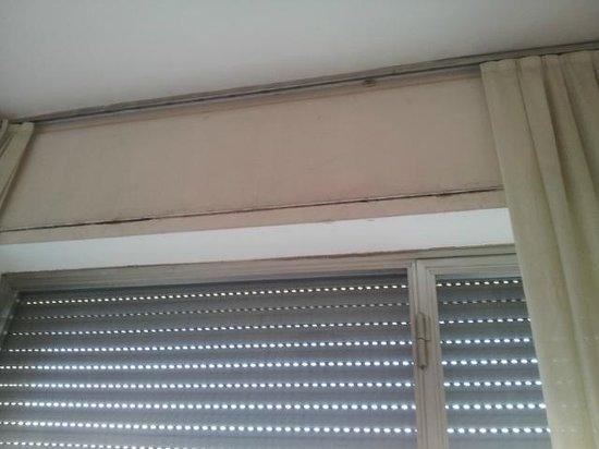 Hotel Cavalieri del Tau: Con razón estaban siempre las cortinas cerradas y la persiana bajada