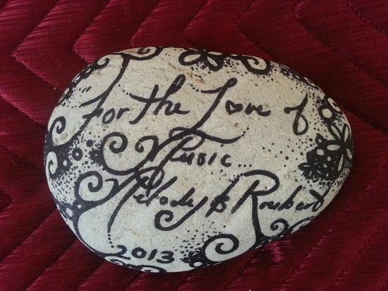 Island Lodge : Leave a stone message behind