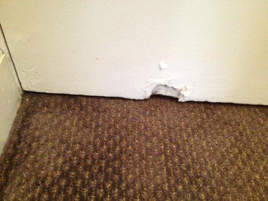 Millennium Hotel London Mayfair: Hole in bedroom door