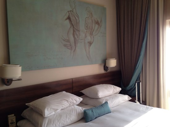 Peermont Metcourt Hotel at Emperors Palace : Comfortable bed and pillows