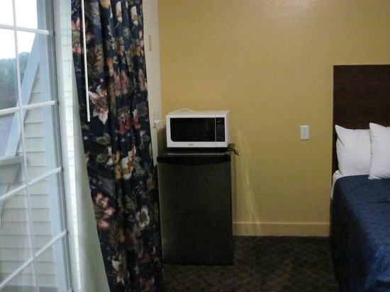 Passport Inn & Suites Middletown: Room Interior with microwave and refrigerator