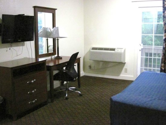 Passport Inn & Suites Middletown: Room interior, TV and desk