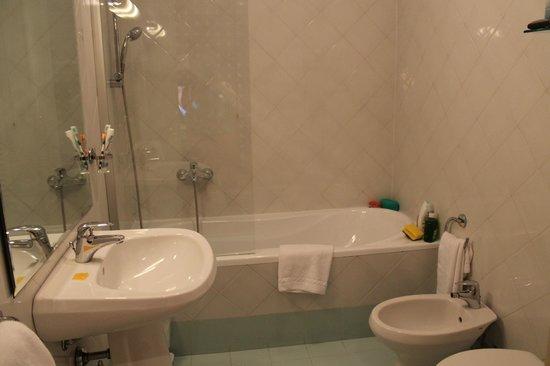 Room Mate Luca: baño