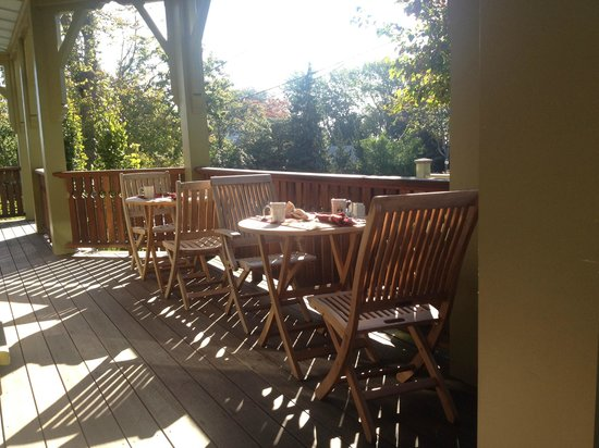 Cliffside Inn: Breakfast on the Porch