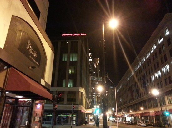 Hampton Inn & Suites Milwaukee Downtown: Side View of the Outside at Night