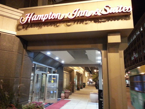 Hampton Inn & Suites Milwaukee Downtown: Entry Way