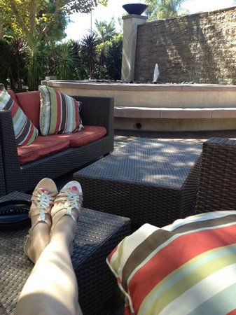 Warner Center Marriott Woodland Hills: Relaxing patio with fountain and fire pit