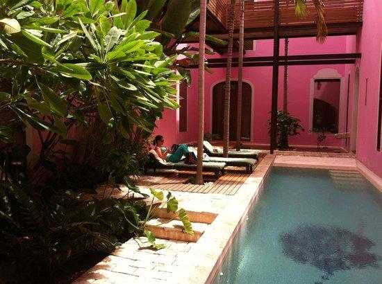 Rosas & Xocolate Boutique Hotel & Spa : Courtyard Pool at Rosas & Xocolate