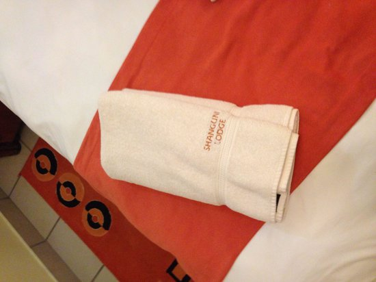 Shanguni Lodge: Discoloured towels & they don't even match the hand towels