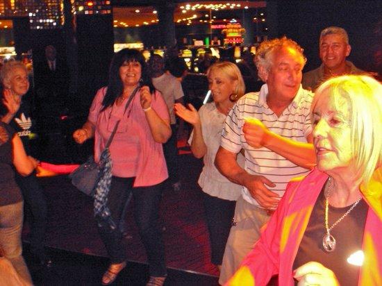 Trilenium Casino: Shows musicales, la gente baila y se divierte.
