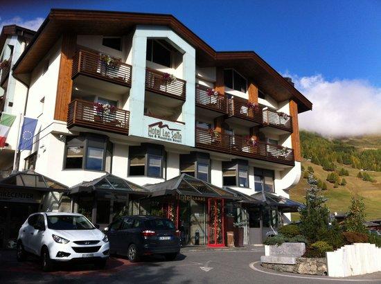 Lac Salin Spa & Mountain Resort: Esterna hotel, parcheggio gratuito nonche parking coperto su due piani