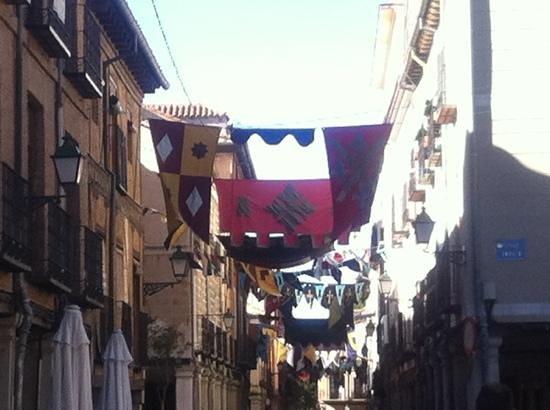 Calle Mayor: Adornada en la celebración del Mercado Cervantino en octubre