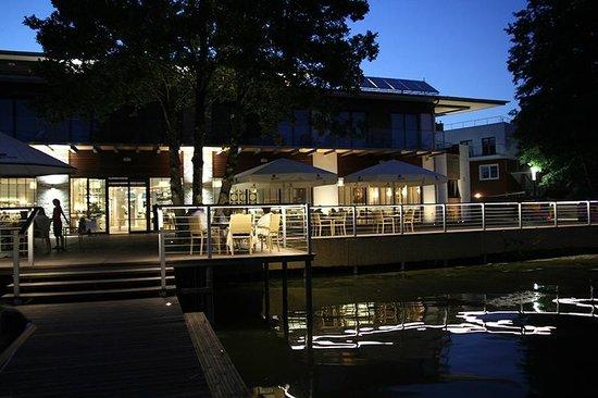 Yacht Club Tiffi: Blick vom Steg auf die Terrasse