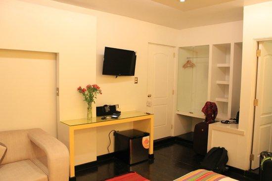 Wakapunku Hotel Boutique: O quarto: bem confortável, com sofá, diversos móveis de apoio e locais para guardar objetos